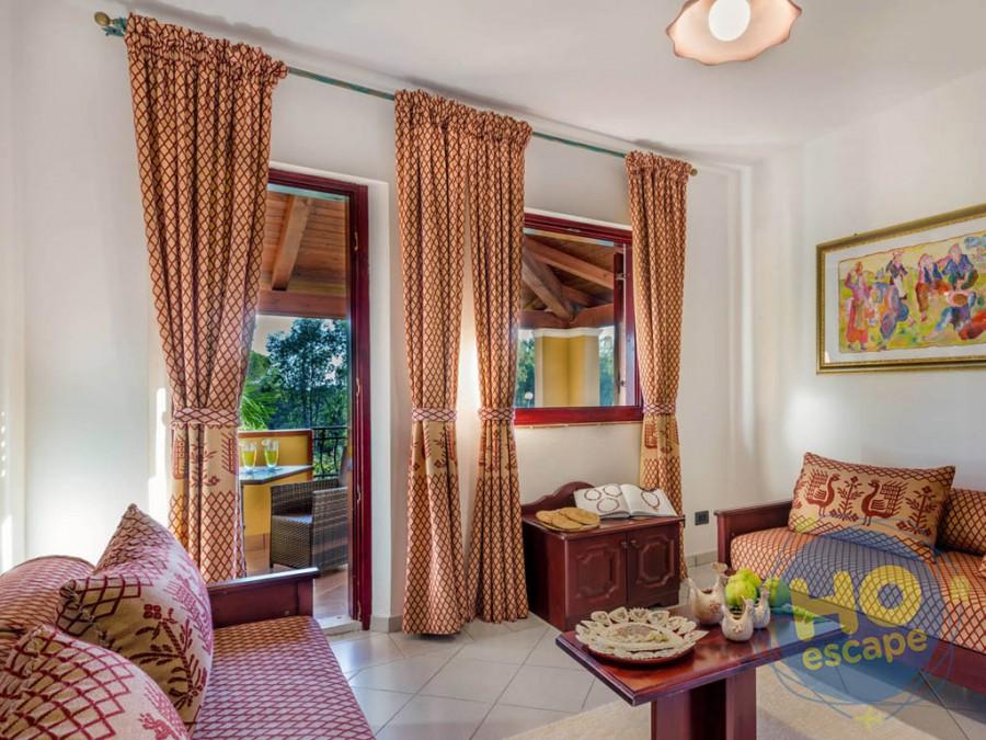 I Giardini di Cala Ginepro Hotel Resort Soggiorno Camere Family con Divano più Letto Estraibile