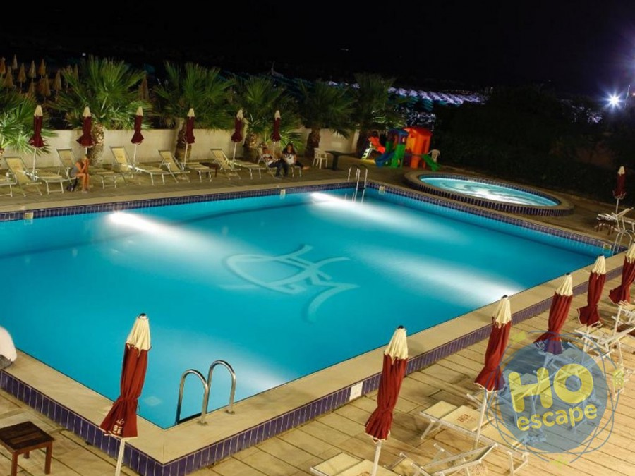 Club Esse Mediterraneo La bellissima piscina,  foto serale