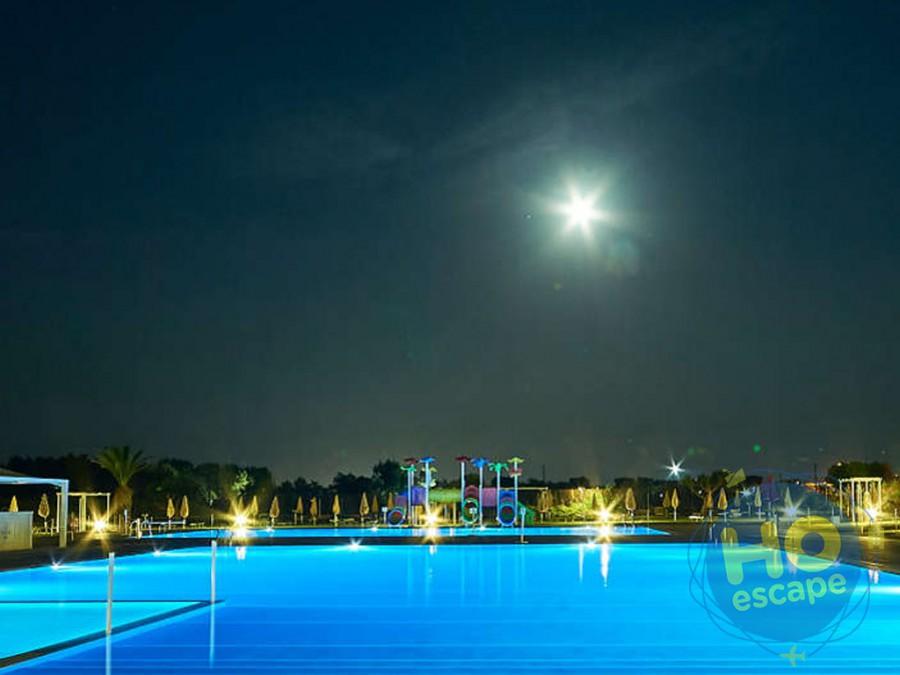 Pietra Blu Resort & SPA Piscina immersa nel verde del prato all'inglese