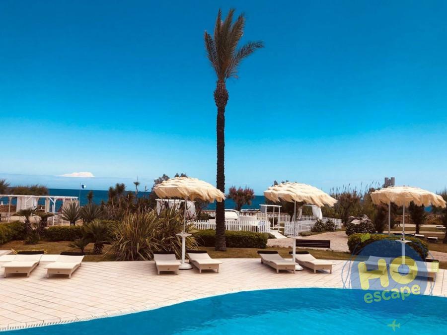 Pietra Blu Resort & SPA Piscina ideale per il relax, affacciata sul mare.