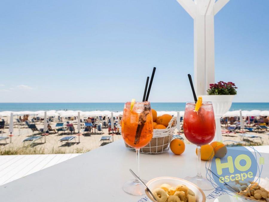 Ticho's Hotel Bar in Spiaggia: Aperitivo vista mare