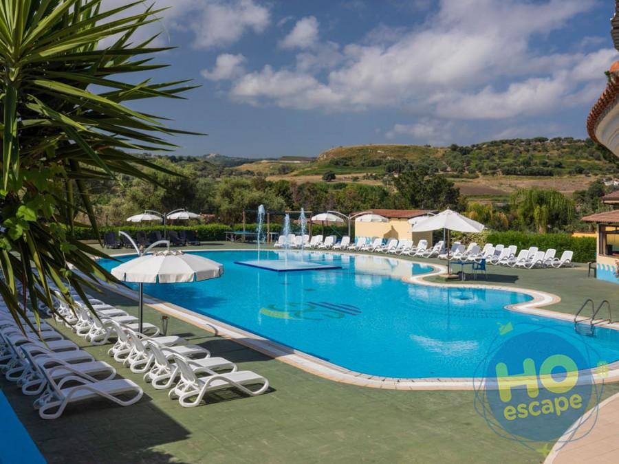 Villaggio Green Garden Club Piscina con al centro un'isola