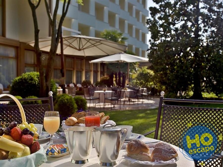 Colazione in giardino Hotel Bristol Buja